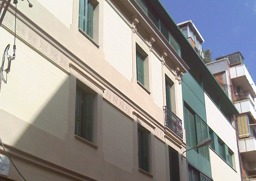 Remunta de edificio de viviendas en Barcelona.